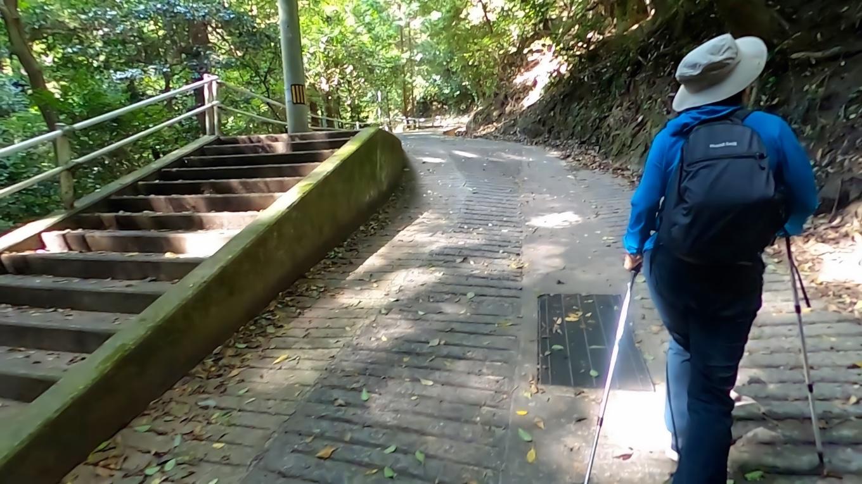 車道なので歩きやすいが 斜度があるのでなかなか厳しい