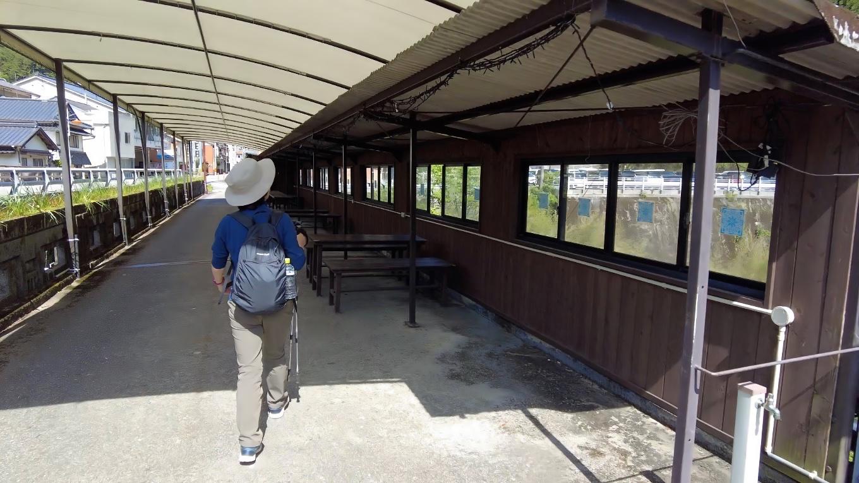 橋の上に テーブルとベンチが設置されている