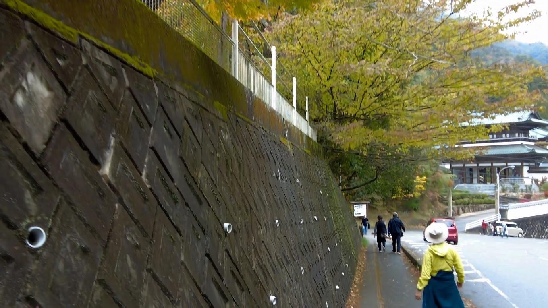 駐車場から紅葉を見ながら山門に歩いて行く