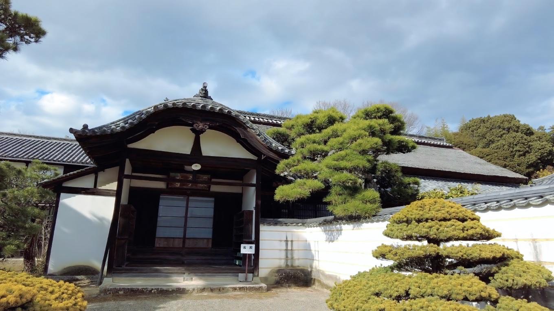 萱葺き屋根の建物
