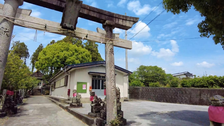 前回参拝した時は 鳥居の先にある公民館の駐車場に車を停めた