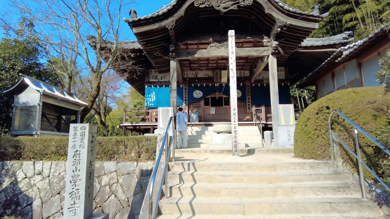 栄福寺の本堂に参拝する