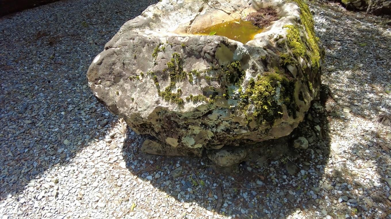 岩をくりぬいた手水が古そうだ