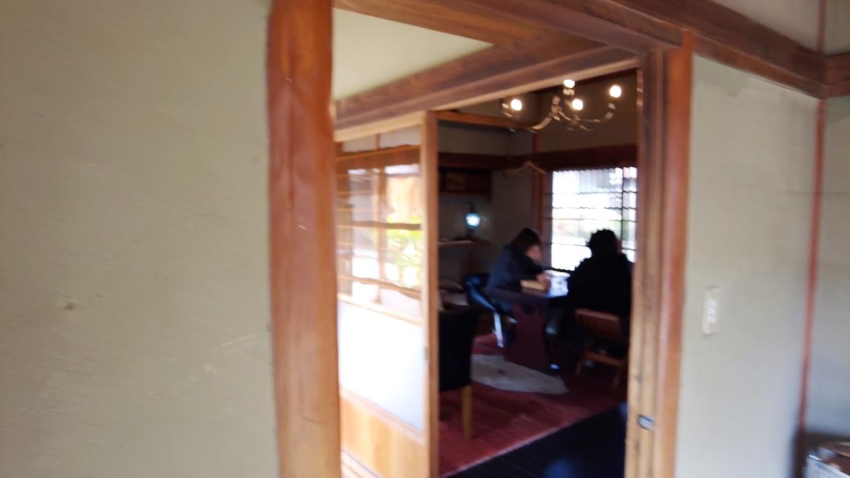 奥の廊下の先にもテーブル席がある