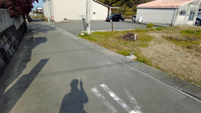 国道から入ったところに 数台分の駐車場がある