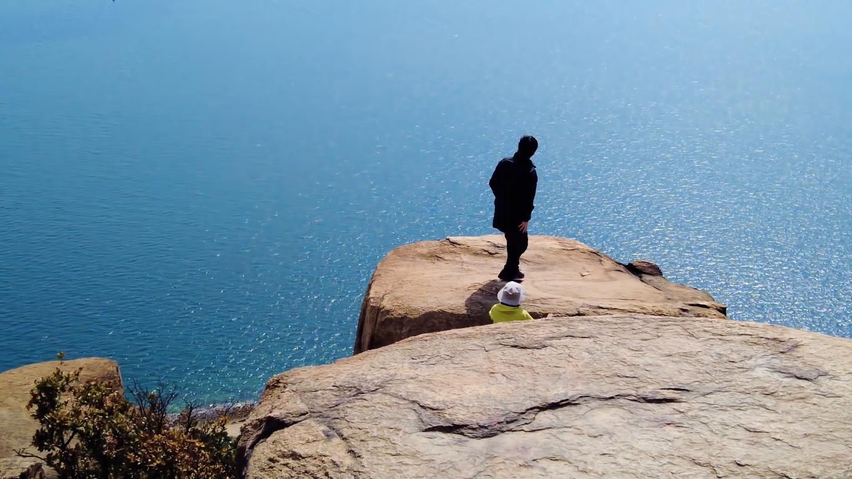 その先には断崖があり 上ったもののビビるツレ 笑