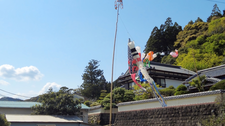 水路沿いに歩き 賀茂神社に戻っていく