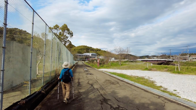 日曜日の雨あがりなので 伊野南小学校のグラウンドには誰もいなかった