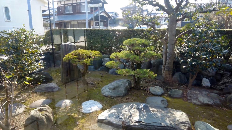 窓から庭を見渡せる