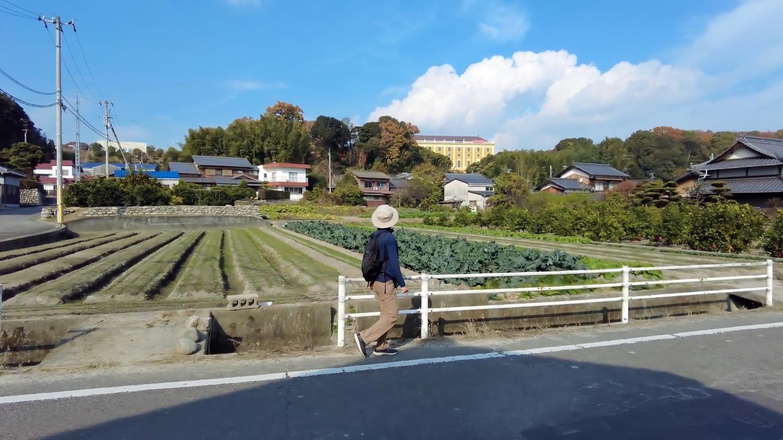 日本食研のお城のような外観の工場を見ながら 歩いて行く