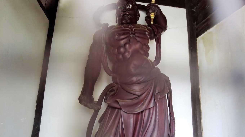 仁王像は ここまで歩いて来たと言う伝説が残っている