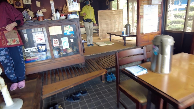 店内はテーブル席と 奥に座敷