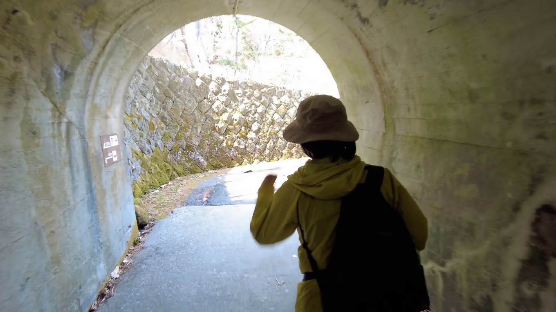 トンネルを抜けていく