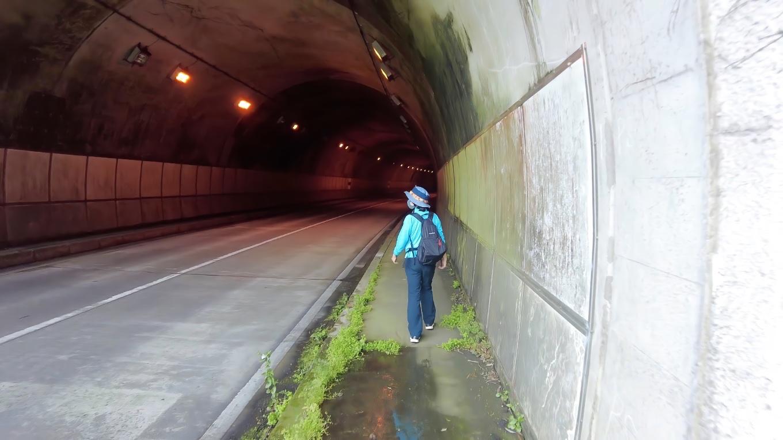 以前も歩いた トンネルを抜けていくルートに向かう