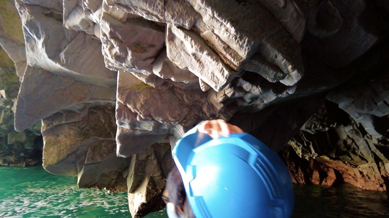 しかし岩盤すれすれにとどまる操船技術はさすがだ