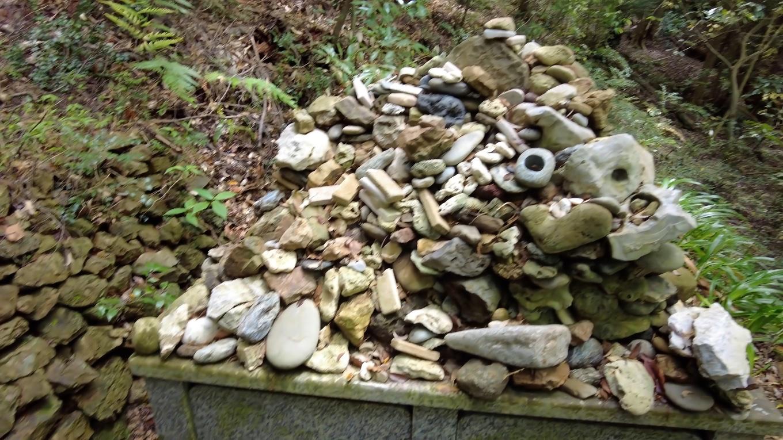 祈願がかなった折 願ほどき のために穴の開いた石を奉納する習わしがある
