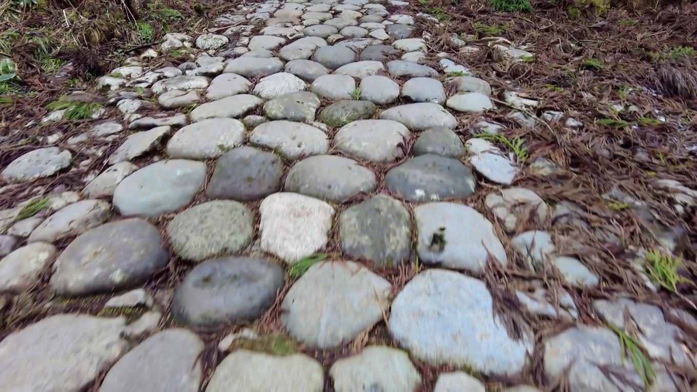 道中には石畳が続く