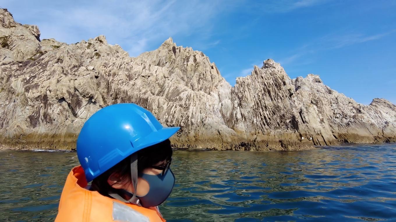 白い流紋岩が林立している