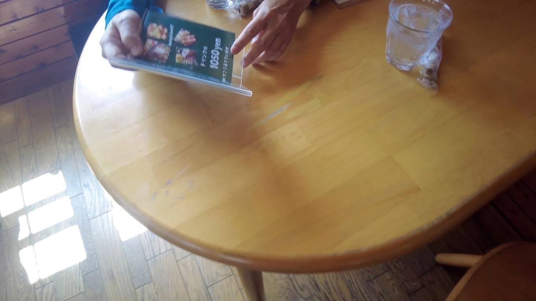 12時前だが既に混み合っていて なんとかテーブル席を確保