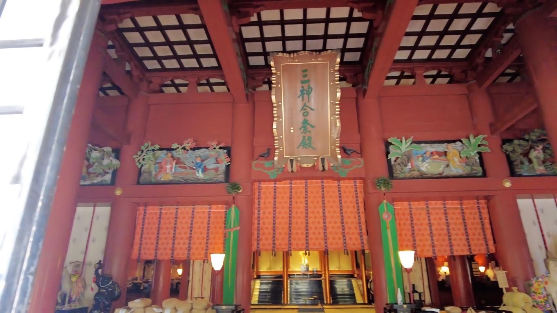 一棟の内に拝殿と御本殿とが造られている珍しい様式だ