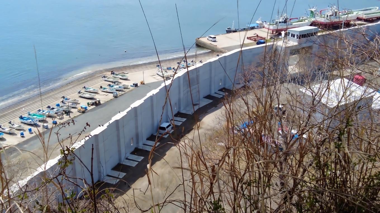 まるで進撃の巨人のような壁 ではなく防波堤が立ち並ぶ