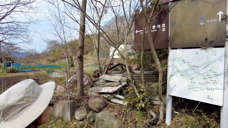 車道に出て 吉備津神社の方に歩いて行く