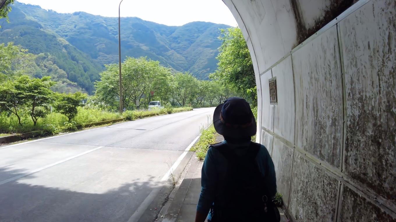 トンネルを出て すぐに左折