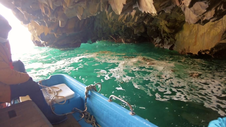 青の洞窟と呼ぶのにふさわしい 美しい海だ
