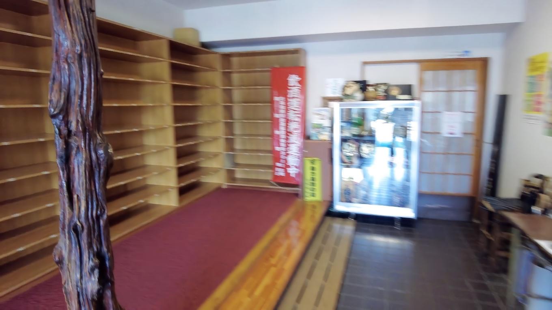 店内に入ると大きな下駄箱があるが これは2階の宴会場の物のようだ
