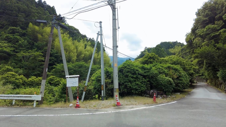 予州高山通りという水ノ峠を経て松山に続く道が延びる