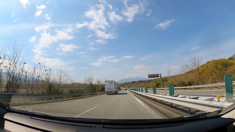 八ヶ岳を見ながら 中央高速道路を走る