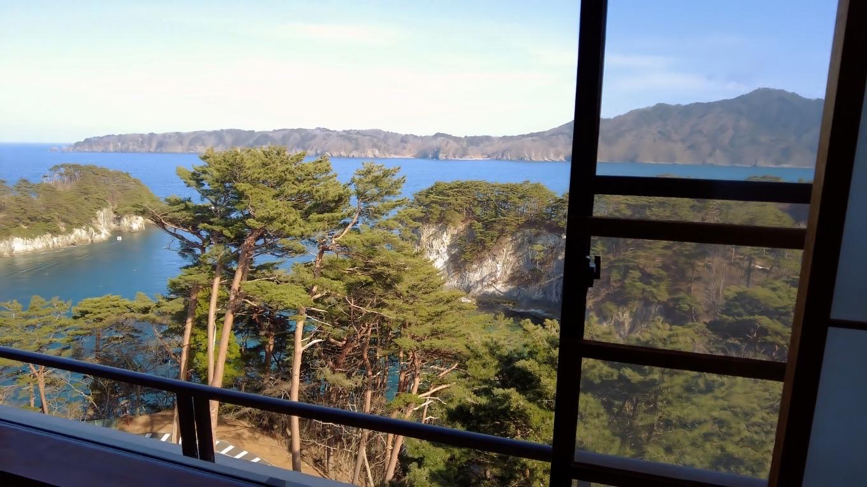 窓からは浄土ヶ浜の大展望が広がる