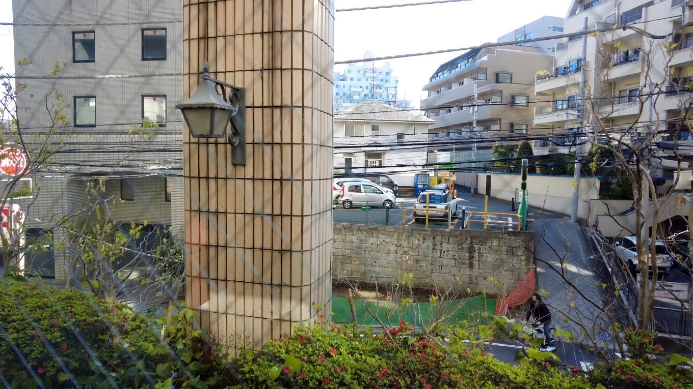 窓からは 車を停めた駐車場が正面に見える