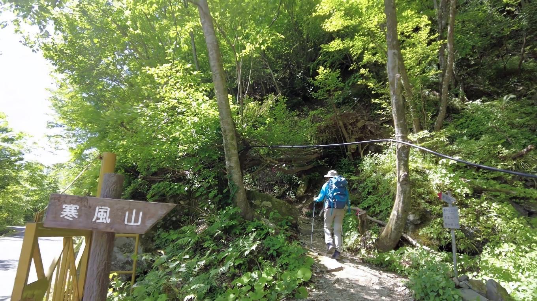 登山口から登山道に入る