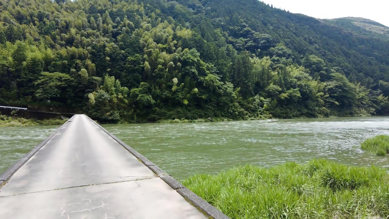 この日は雨上がりで 仁淀川が恐ろしく増水していた