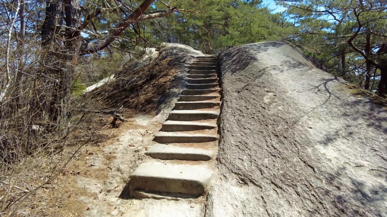 遊歩道は花崗岩らしい道になっている