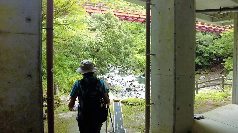 宝来荘の横から 渓谷に下りる