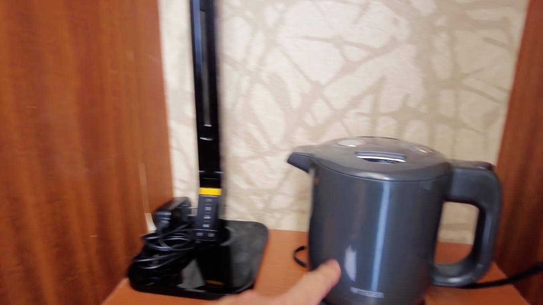 窓の横に ライトと湯沸かしポット