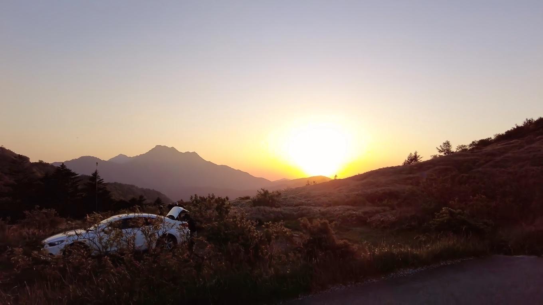 石鎚山の向こうに夕日が沈んでいく