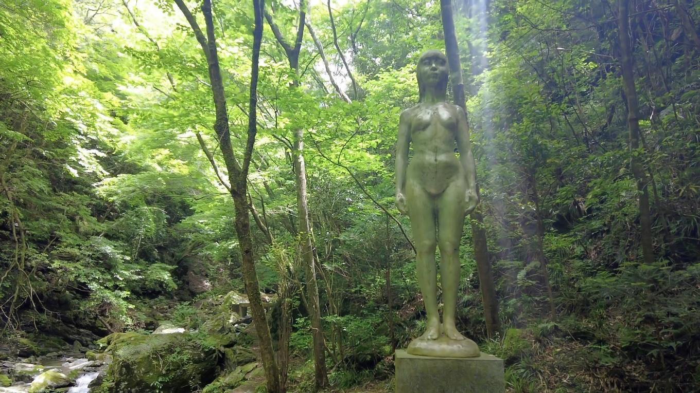 なぜかこんなところに裸婦像の銅像