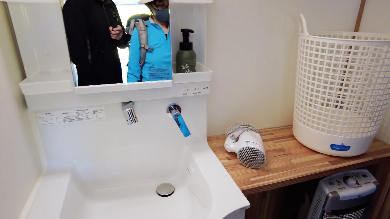 洗面台にもシャワーと液体石けん完備