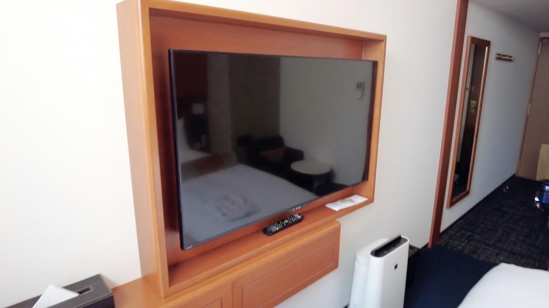 ベッドと反対側の壁には 大きめのテレビと空気清浄機