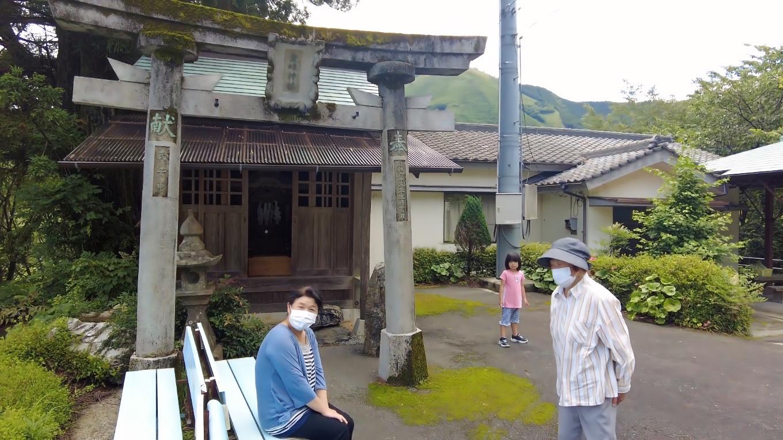 広場の上にある金峰神社 きんぷじんじゃ に参拝する