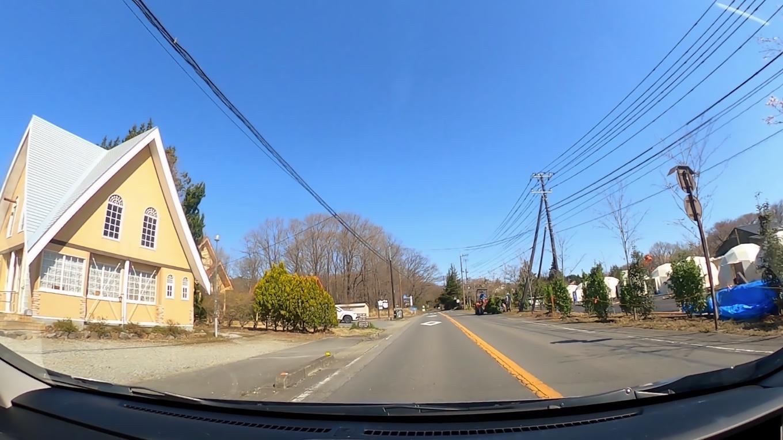 チェックアウトし 那須高原の道を車で走る