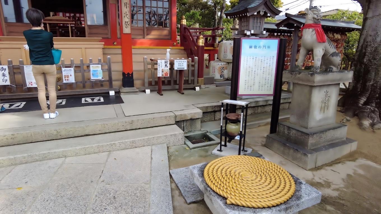 神社のいわれの円座が復元されている