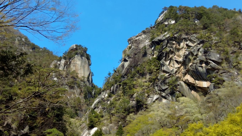 花崗岩が風化水食を受けてできたもので 急峻で直立約180mあるそうだ