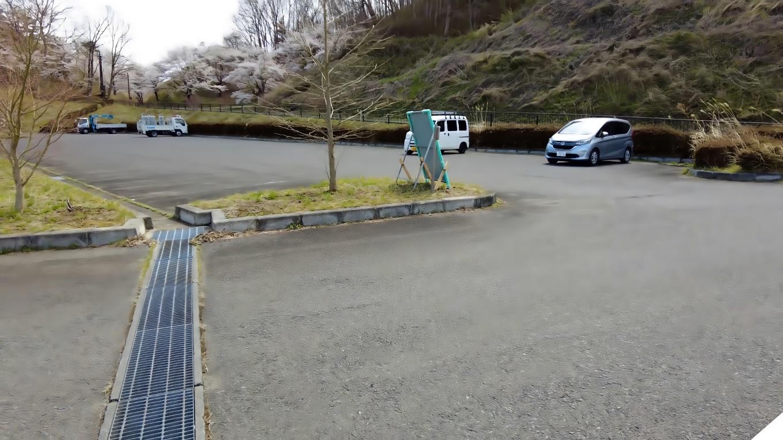 三春滝桜から車で ダム湖のさくら湖の駐車場にやってきた