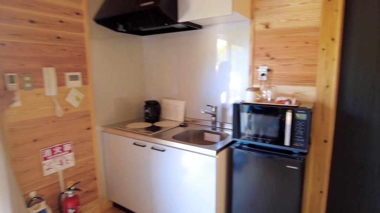 キッチンには流しと冷蔵庫 電子レンジ 湯沸かし