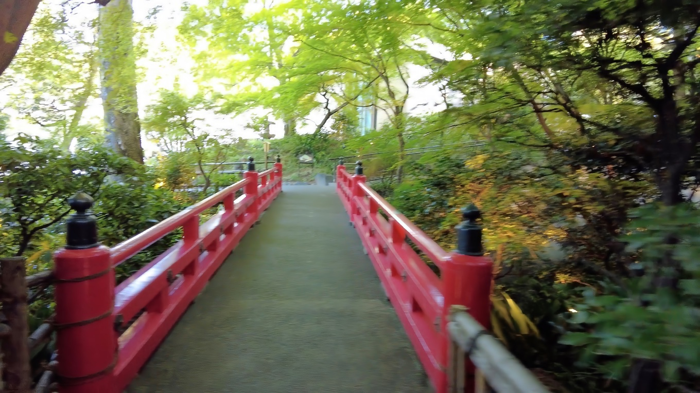 弁慶橋 べんけいばし という朱塗りの橋を渡る