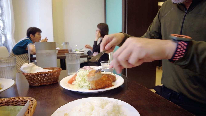 マナー違反だが お互いの料理をシェアして食べ比べてみた